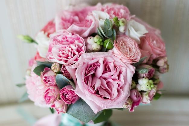 Bouquet de mariage bel été. fleurs lumineuses