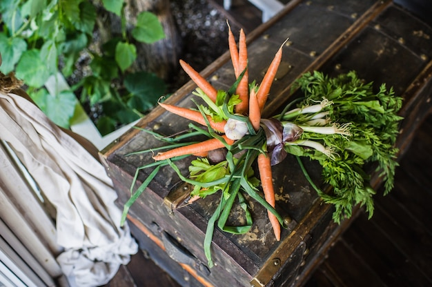 Bouquet de mariage de carottes, oignons et salade verte.