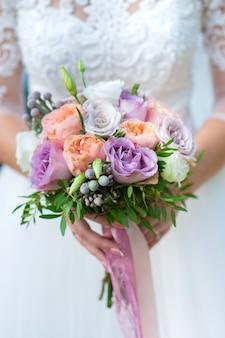 Bouquet de mariage de close-up de roses fraîches délicates