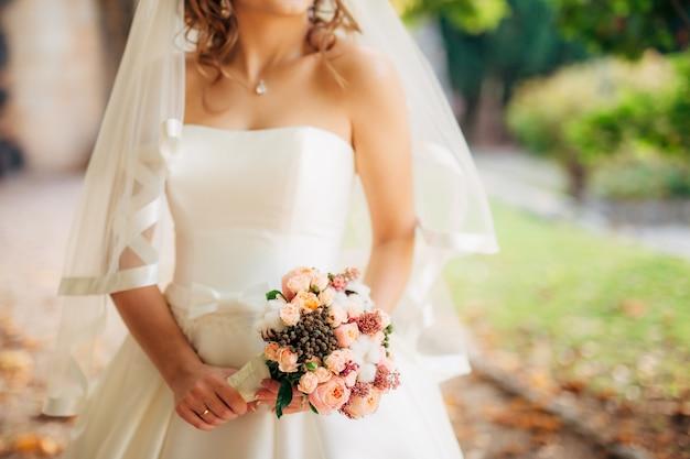 Bouquet de mariage dans les mains de la mariée