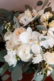 Bouquet de mariage élégant de fleurs fraîches et de verdure dans un seau