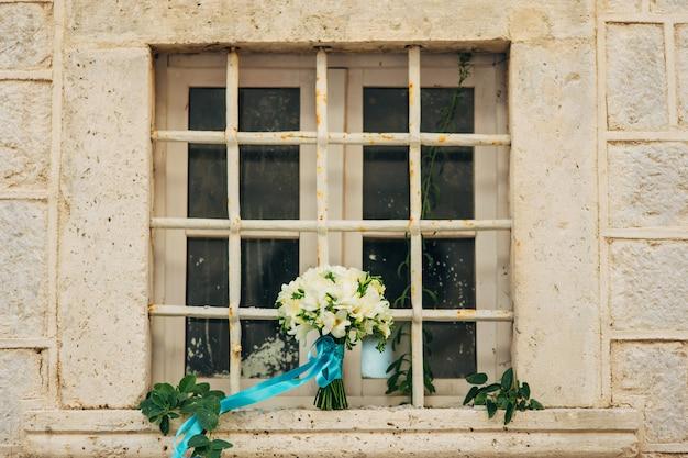 Bouquet de mariage sur une fenêtre