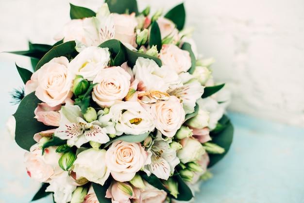Bouquet de mariage de fleurs sur bleu clair