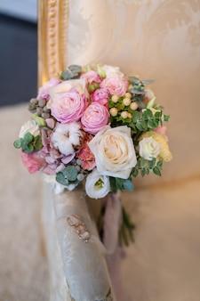 Bouquet de mariage de fleurs, y compris hypericum rouge