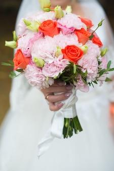 Bouquet de mariage de gros plan de roses fraîches lumineuses