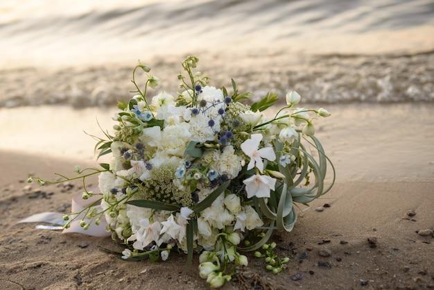 Bouquet de mariage sur la plage gros plan