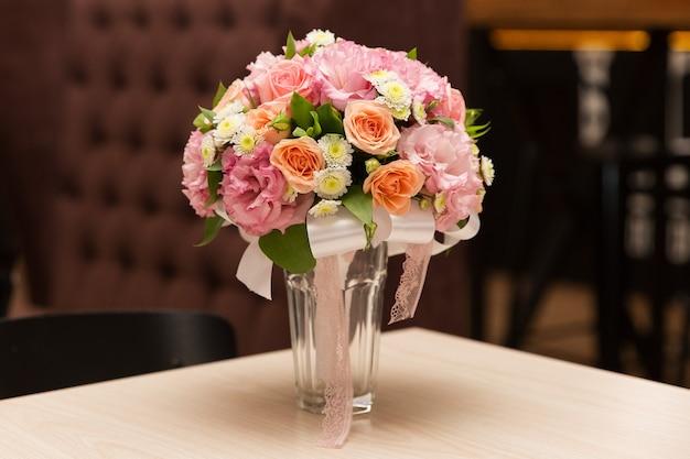 Bouquet de mariage de roses sur la table