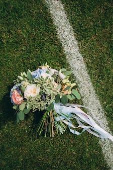 Bouquet de mariage sur le terrain de football
