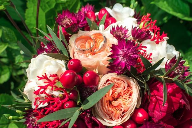 Le bouquet de la mariée avec des alliances