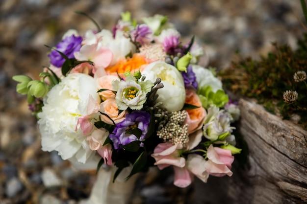 Bouquet de la mariée. arrangement de fleurs rose-blanc-violet.