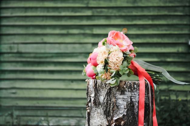 Bouquet de mariée sur le chanvre, sur un fond vert.