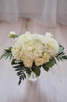 Bouquet de mariée de dahlias sur des planches de bois