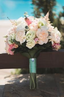 Bouquet de mariée dans un kiosque en bois de la piscine.