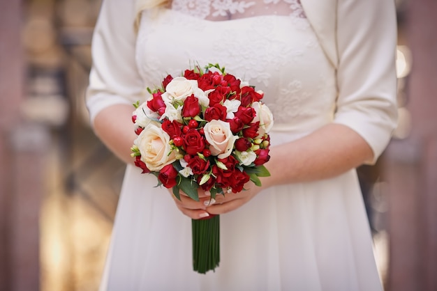 Bouquet de mariée dans la main de la mariée