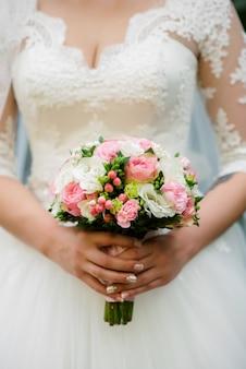 Bouquet de mariée dans les mains