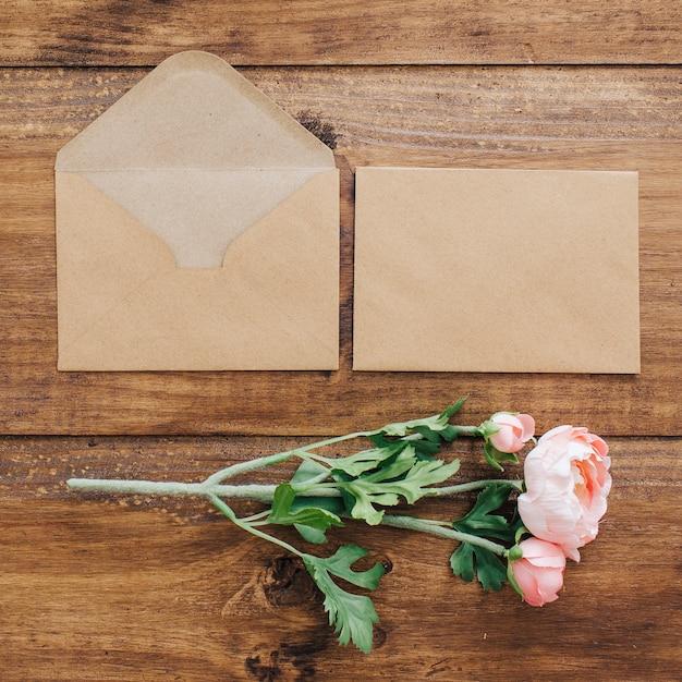 Bouquet de mariée avec des enveloppes