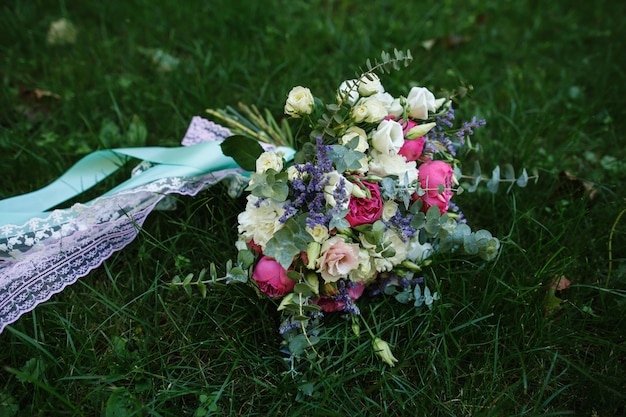 Bouquet de mariée de fleurs fraîches sur l'herbe verte.