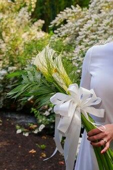 Bouquet de mariée avec fleurs de kala main de la mariée à l'extérieur