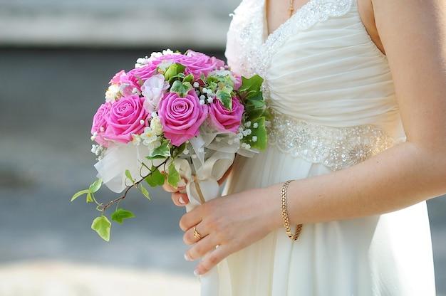 Bouquet de mariée de fleurs roses et blanches