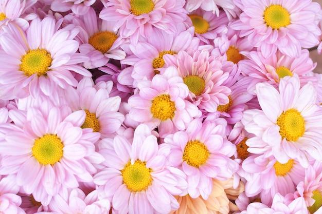 Bouquet de mariée avec des fleurs roses fraîches