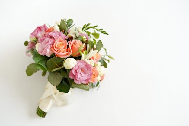 Bouquet de mariée avec des fleurs roses