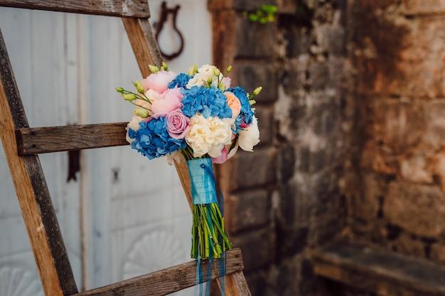 Bouquet de mariée sur fond de pierre. mariage au monténégro