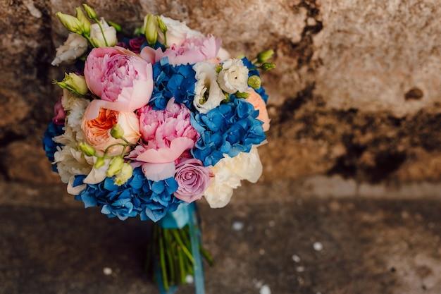 Bouquet de mariée sur fond de pierre