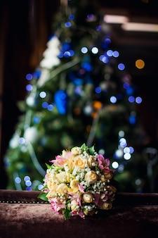 Bouquet de mariée sur fond de sapin de noel