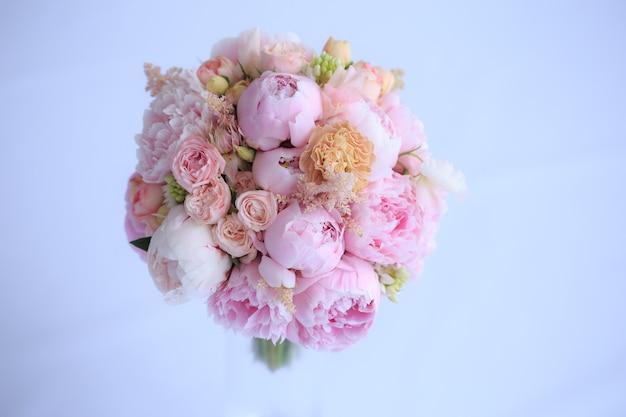 Bouquet de mariée luxueux de pivoines roses fraîches, astilba, rose anglaise et œillets