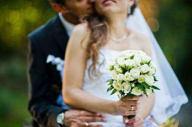 Bouquet de mariée à la main de la mariée