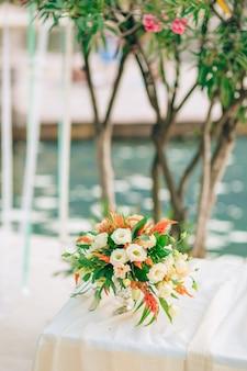 Bouquet de mariée mariage sur nappe blanche