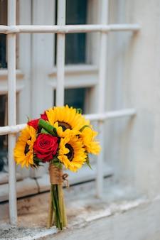 Bouquet de mariée de mariage de tournesols sur la fenêtre