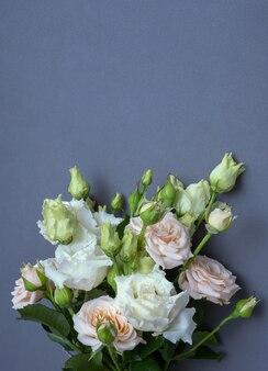 Bouquet de mariée de la mariée sur fond gris. copiez l'espace.