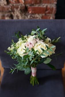 Bouquet de mariée de la mariée avec des roses