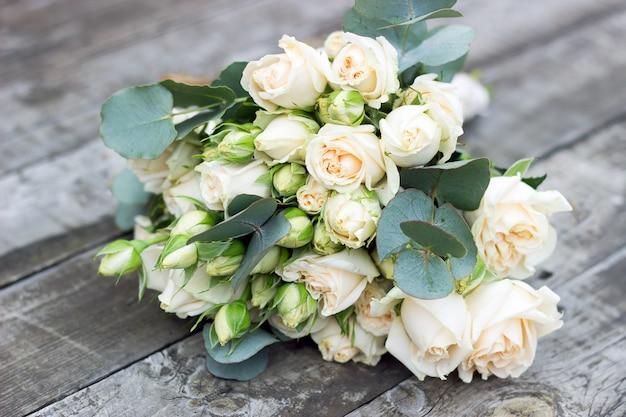 Bouquet de mariée de la mariée sur une table en bois