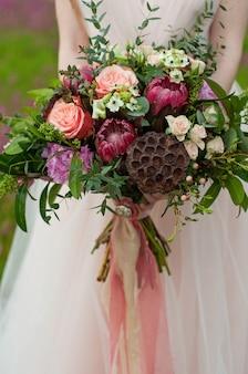 Bouquet de mariée multicolore dans un style bohème.