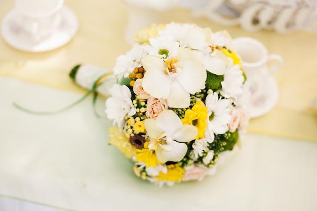 Bouquet de mariée orchidées blanches et roses jaunes
