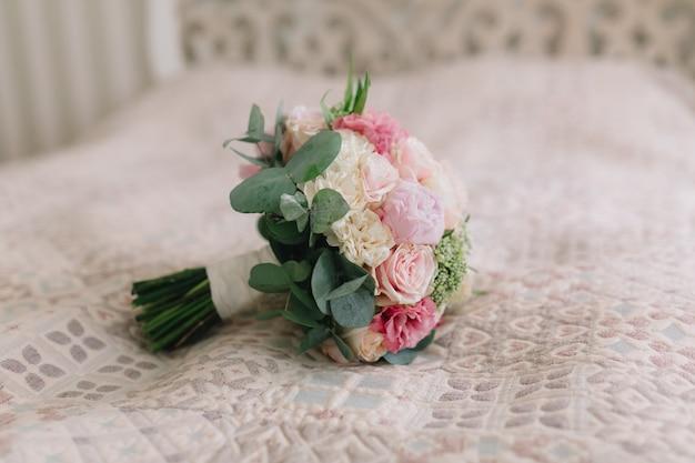 Bouquet de mariée avec pivoines roses et blanches.