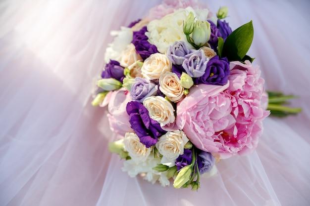 Bouquet de mariée de pivoines et de roses