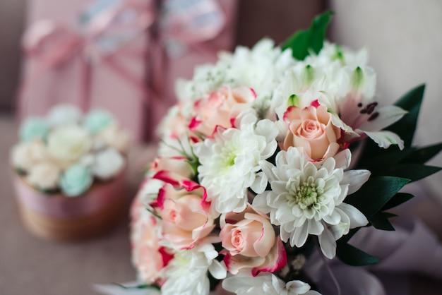 Bouquet de mariée près de chrysanthèmes blancs, en plein jour