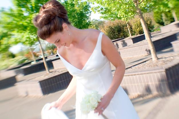 Bouquet de mariée et regarder vers le bas