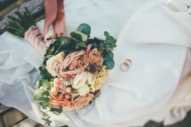 Bouquet de mariée sur la robe de mariée