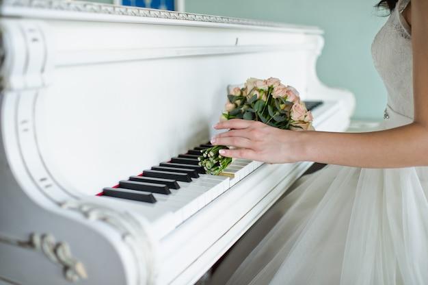 Bouquet de mariée de roses blanches et pivoines roses