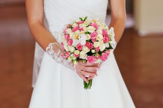 Bouquet de mariée de roses blanches et roses