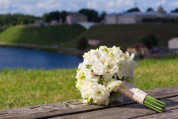 Bouquet de mariée avec des roses blanches