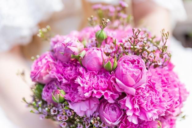 Bouquet de mariée avec des roses roses et lilas. composition florale traditionnelle pour la cérémonie de mariage