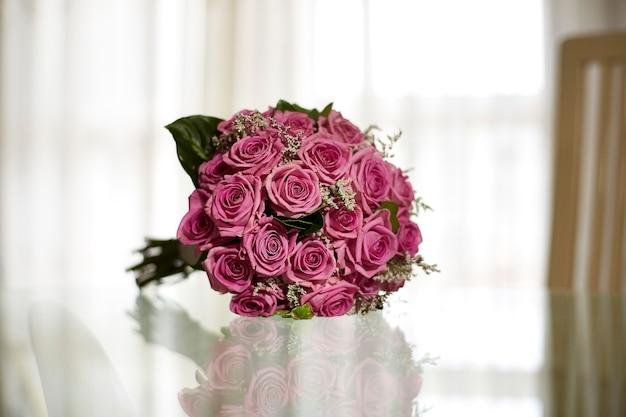 Bouquet de mariée de roses roses