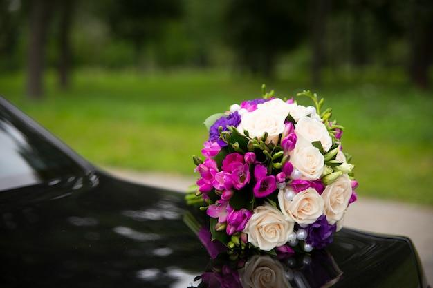 Bouquet de mariée avec des roses rouges