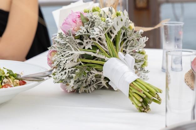 Bouquet de mariée sur la table