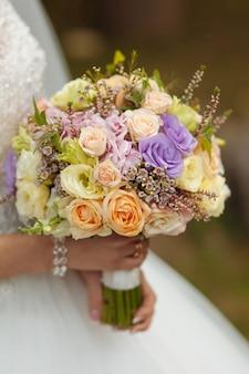 Le bouquet de la mariée de très belles fleurs naturelles